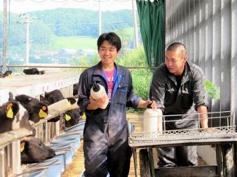 """◎2017年にスタートした酪農事業のスタッフ◎""""牛に関わる全ての事業を自社完結""""する、日本有数の圧倒的スケールが当牧場の魅力です"""
